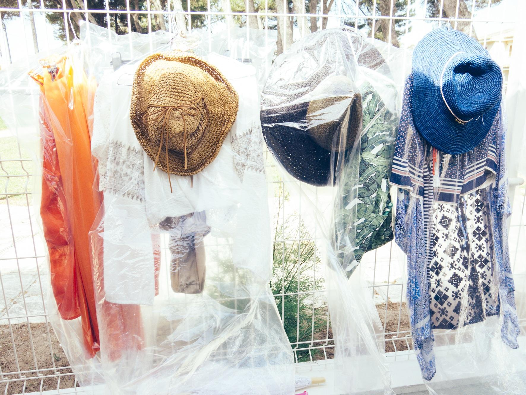 De kledingsets voor de shoots hangen klaar.